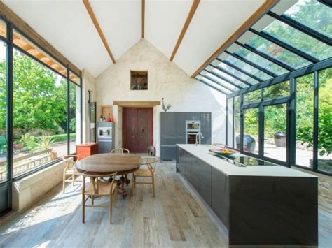 extension maison une veranda imbriquee entre  batiments