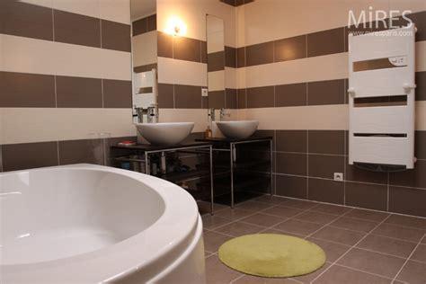 salle de bain marron et beige