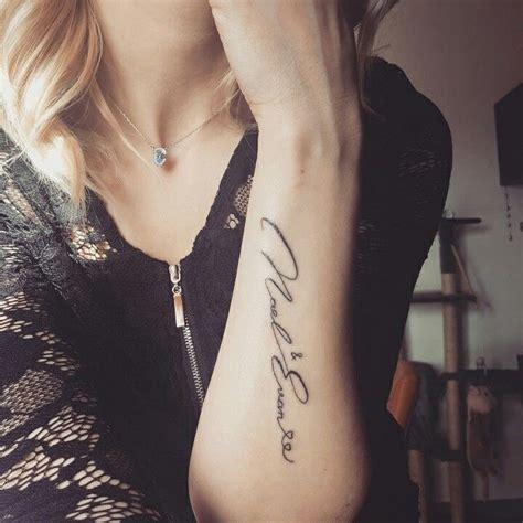 tatouage femme bras prenom
