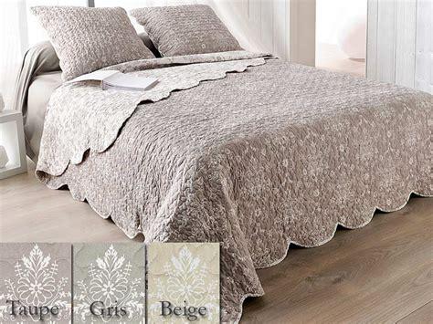 couverture boutis table de lit