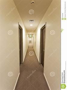 Lampe Langer Flur : langer flur mit hotelzimmert ren und ausgang kennzeichnen ~ Michelbontemps.com Haus und Dekorationen