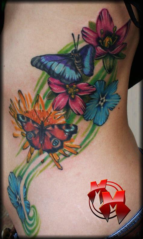 Tatuagem de flor com borboleta desenhos de tattoos