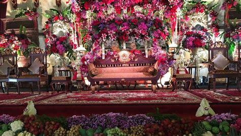 foto indahnya pelaminan penuh bunga pernikahan kahiyang