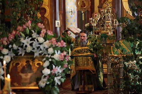 Поклоны в храме когда молиться «в пояс», когда  «в землю