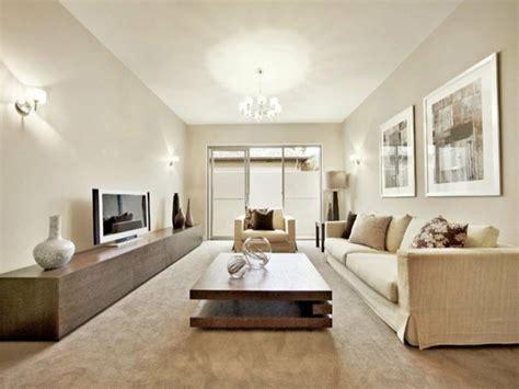 mobilier maro  canapea crem pentru living lung  ingust