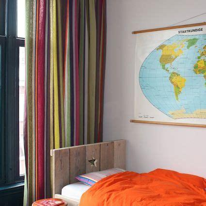 Vrolijke Gordijnen vrolijke gordijnen wereldkaart krukjes room