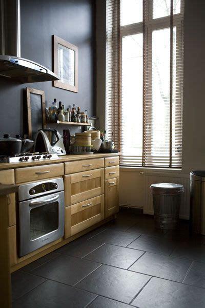 cuisine en bois naturel mur noir et carrelage noir