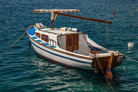 Fartyg med en markis arkivfoto. Bild av vatten, medf8ort ...