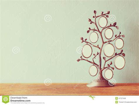 image de cadre classique d antiquit 233 de vintage de l arbre g 233 n 233 alogique sur la table en bois