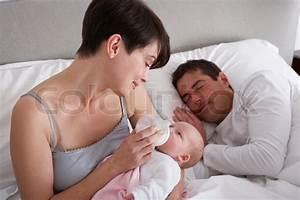 Korb Bett Baby : mutter f tterung newborn baby im bett zu hause stockfoto colourbox ~ Sanjose-hotels-ca.com Haus und Dekorationen