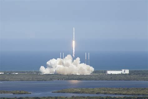 Falcon 9 Roars Skyward to Send Dragon on Supply Run to ...