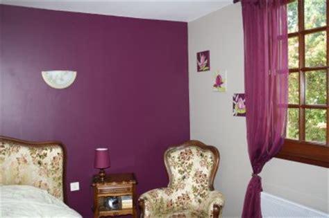 chambre gris et aubergine mur en satinelle aubergine et gris de suède la