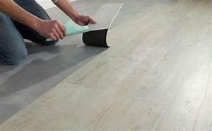 Dalle Pvc Adhesive Sur Carrelage : comment poser des dalles vinyle pvc adh sives castorama ~ Premium-room.com Idées de Décoration