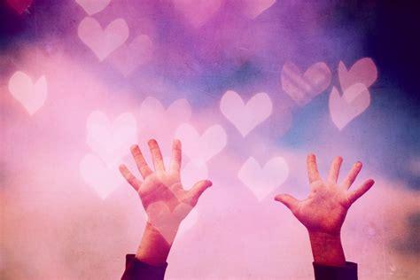 imagen de manos en fondo romantico  colorido foto
