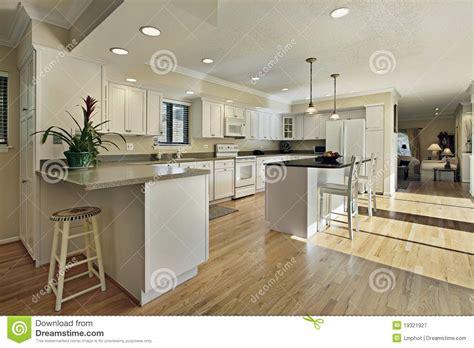 cap cuisine ile de grande cuisine avec le dessus d 39 île de granit photographie