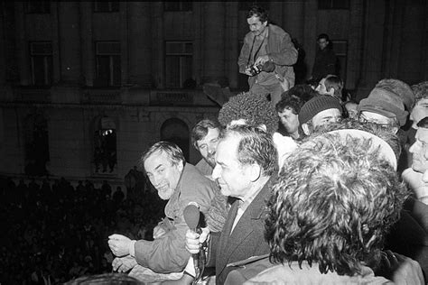 Ion Iliescu: Nu am vrut să îl salvez de la moarte pe Ceauşescu - YouTubeyoutube.com › watch?v=EqZmnvSHVLE1:49... spune Ion Iliescu, presupusul autor al unui decret care schimba pedeapsa cu moartea pentru soţii Ceauşescu în închisoare pe viaţă. Acest document...(document.querySelector(