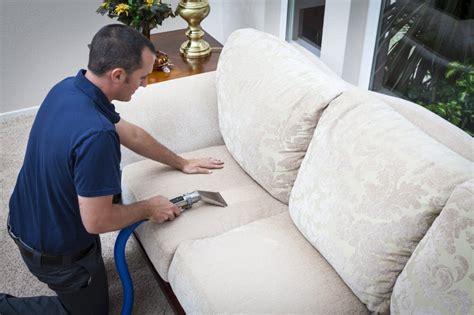nettoyer canapé en tissu comment nettoyer un canapé en tissu conseils et astuces