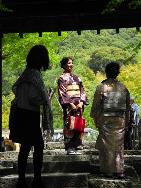CAMIRTW: Japanese People in Traditional Clothes