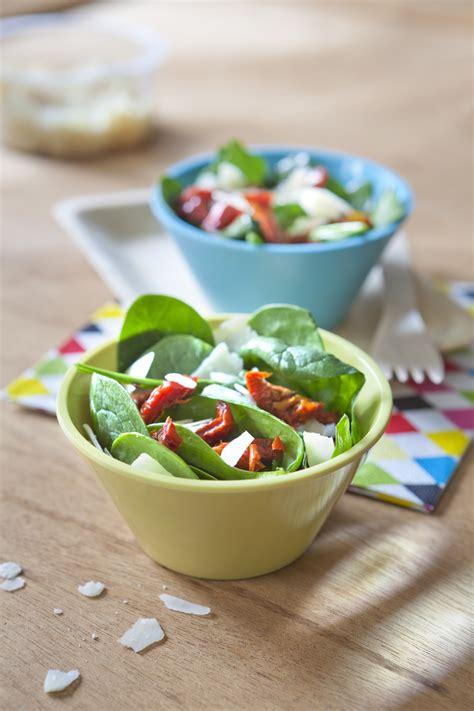 cuisine froide salade froide d 39 épinard aux pétales de parmesan et tomate confite pour 4 personnes recettes