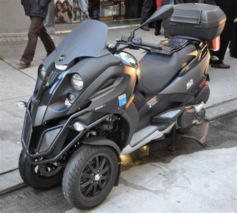 piaggio mp  picture  motorcycle review