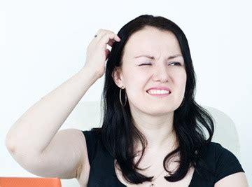 bruciori alla testa prurito in testa come sintomo di caduta capelli derma