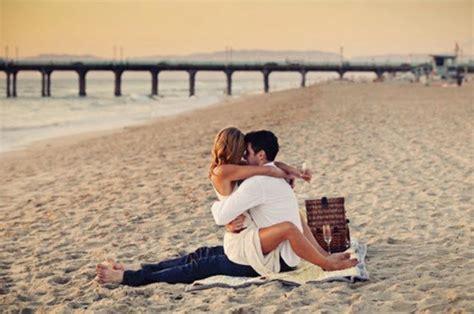 Hug Beach Alone Couple Deep In Love Romantic Feelings Nineimages