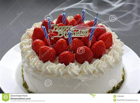 gateau d anniversaire herve cuisine soufflage des bougies sur le gâteau d 39 anniversaire photo stock image 17954840