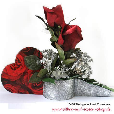 seidenblumen gesteck rosenherz mit roten rosen bestellen