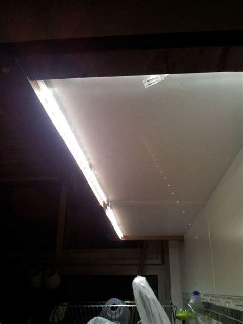 evier rond cuisine eclairage cuisine sous meuble audessus des meubles hauts placer des spots sur tiges qui