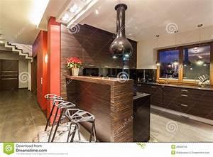 Bar De Maison : maison rouge cuisine avec le compteur de bar photo stock image du appartement trappe 28506734 ~ Teatrodelosmanantiales.com Idées de Décoration