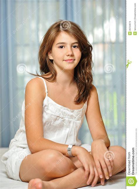 menina adolescente bonita em casa  vestido branco foto