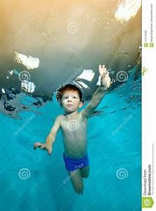 Rustine Piscine Sous L Eau : l 39 enfant nage sous l 39 eau dans la piscine contre la lumi re jaune image stock image du ~ Farleysfitness.com Idées de Décoration
