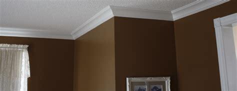 pose de moulure au plafond moulure installation de moulure de plafond cadrage de portes