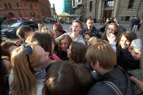 Jaunieši apskaujas Doma laukumā - Skats.lv