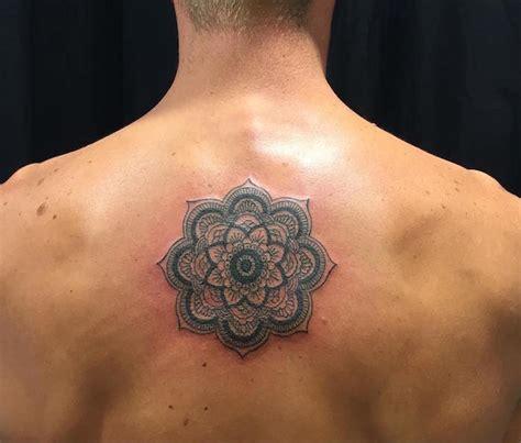 tatouage haut du dos femme mandala
