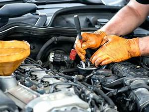 Mecanicien Auto Salaire : mecanicien automobile image automobile est en train changer garage formation mecanicien ~ Medecine-chirurgie-esthetiques.com Avis de Voitures