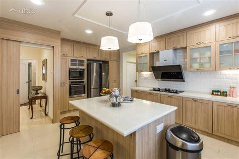 Classic Country Kitchen Bungalow Design Ideas & Photos