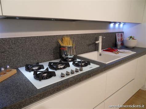 piano cottura moderno cucina moderna sfera con gola curva e pensile elettrico