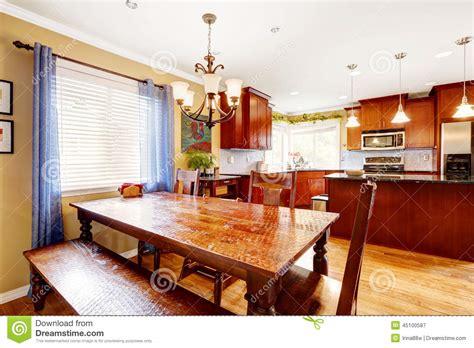 salle a manger avec banc table de salle 224 manger avec le banc et chaises dans la chambre de cuisine photo stock image