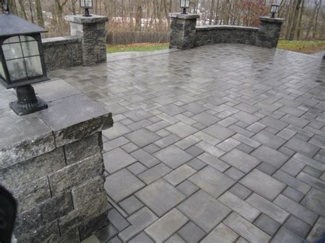 ep henry paver patio with sitting walls and pillars