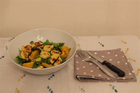 cuisiner les quenelles mélange de salades et ses rondelles de quenelles poêlées