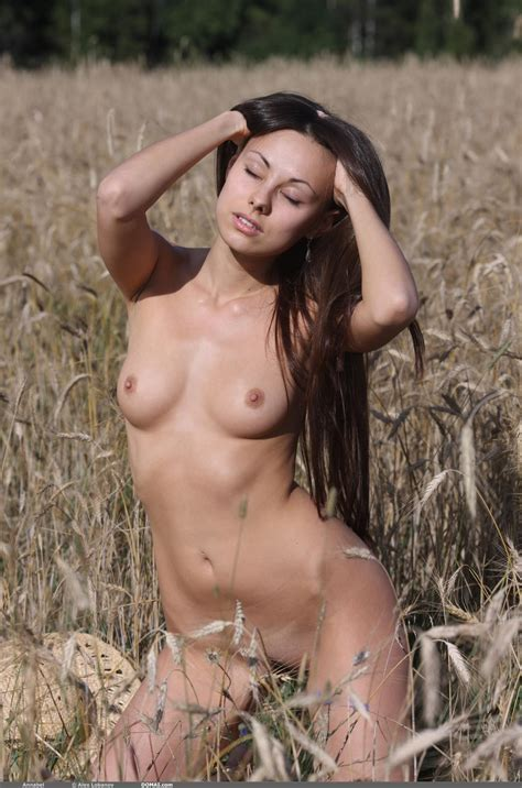 Sexy Naked Girl Annabel Makes Nude Art Outdoors In This