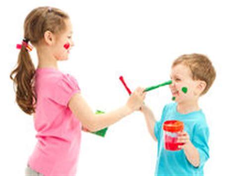 gesichter malen für kinder kinder beim malen ihrer f 252 223 e stockfoto bild 45553516