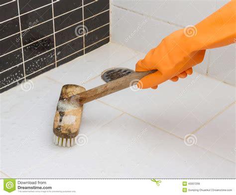 dans le plancher sale de gant de salle de bains orange de nettoyage image stock image