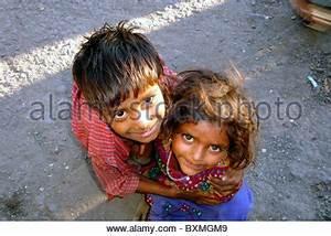 Ein Oder Zwei Kinder : ein indisches m dchen betteln auf den stra en von delhi indien stockfoto bild 32762395 alamy ~ Frokenaadalensverden.com Haus und Dekorationen
