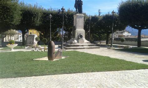 tappeti verdi tappeti verdi e fiori al monumento ai caduti di venafro