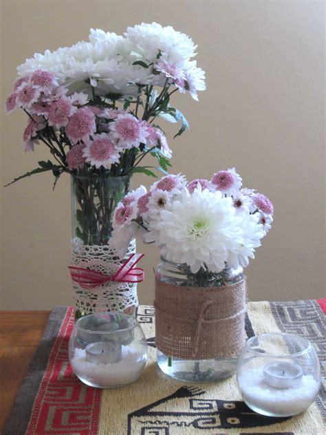 Centro de mesa con frascos flores naturales y velas