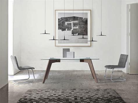 mesa de comedor  patas de madera chapadas en nogal