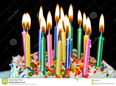 candele di compleanno candele su una torta di compleanno immagine stock