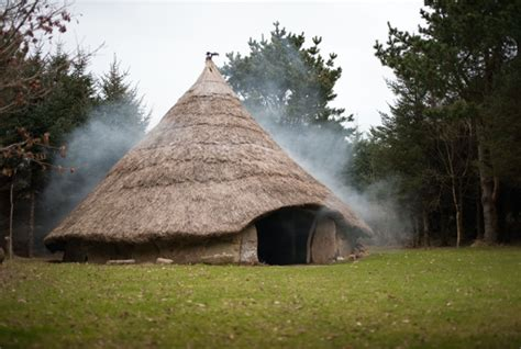 Rundes Haus Bauen by Sleep Like A Celtic Chief In A Replica Iron Age Roundhouse